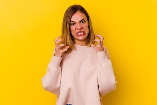Jeune femme maigre caucasienne isolée sur bouleversé jaune criant avec des mains tendues.