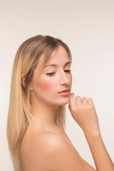 Jeune femme avec la main sur le menton pose