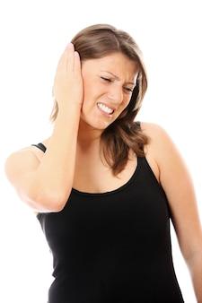 Jeune femme avec mal aux oreilles sur fond blanc