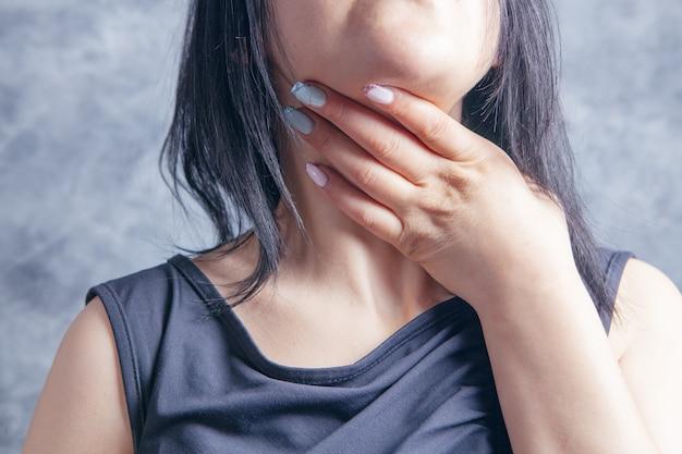 La jeune femme a mal à la gorge