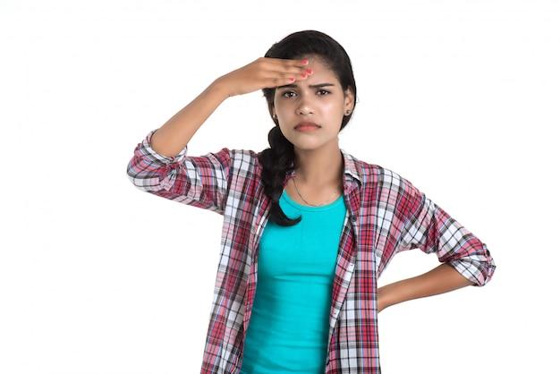 Jeune femme malade se mouchant. rhinite allergique. a de la fièvre. jeune, femme, froid