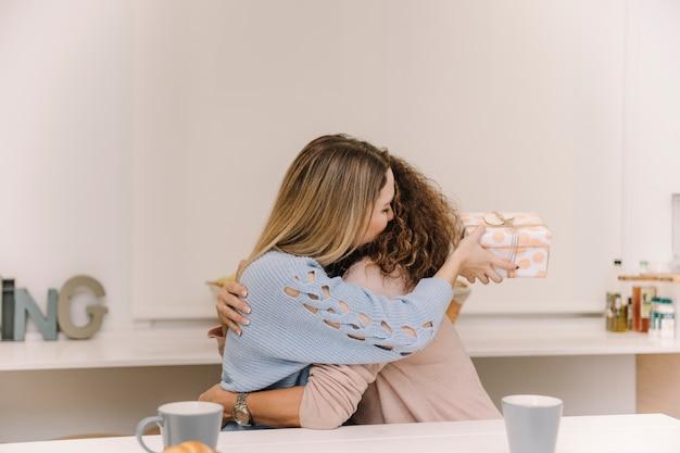 Jeune femme avec maman embrassant actuelle