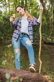 Jeune femme, manger, barre céréale