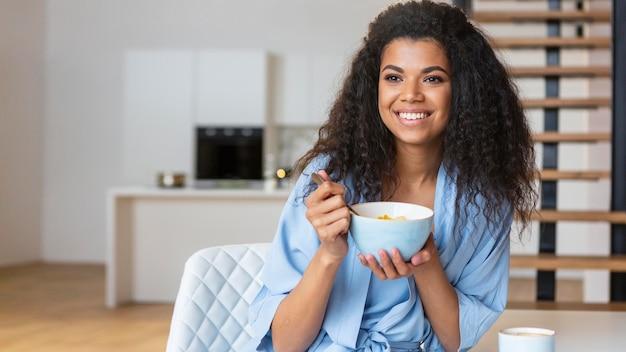 Jeune femme, manger, céréales