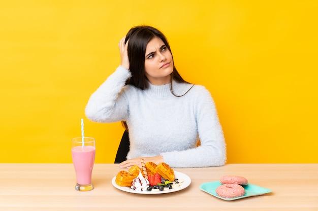 Jeune, femme, manger, gaufres, milkshake, table, isolé, isolé
