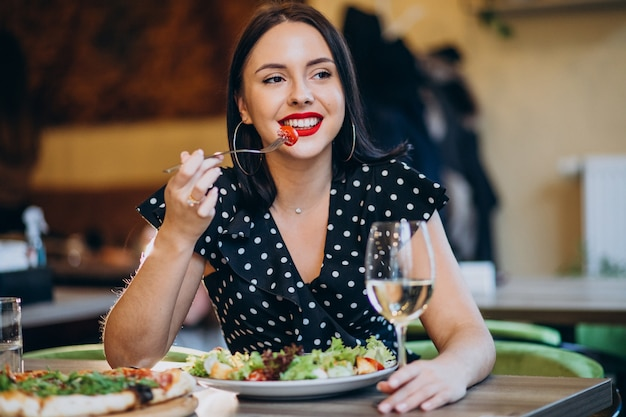 Jeune femme, manger, salade, dans, a, café
