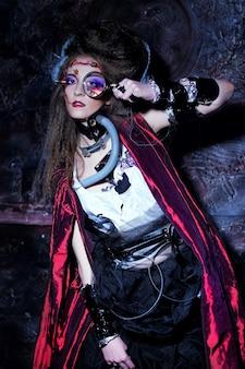 Jeune femme avec maquillage créatif tenant une loupe