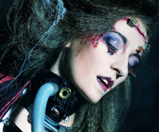 Jeune femme avec maquillage créatif