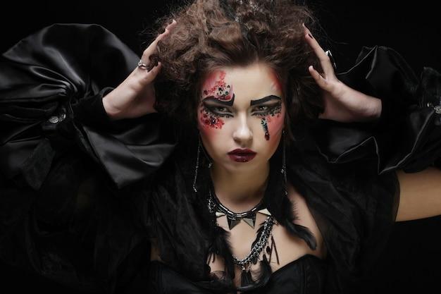 Jeune femme avec maquillage créatif,