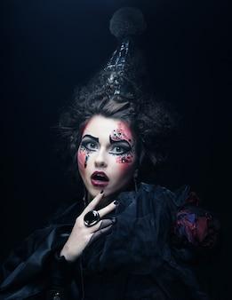 Jeune femme avec un maquillage créatif.