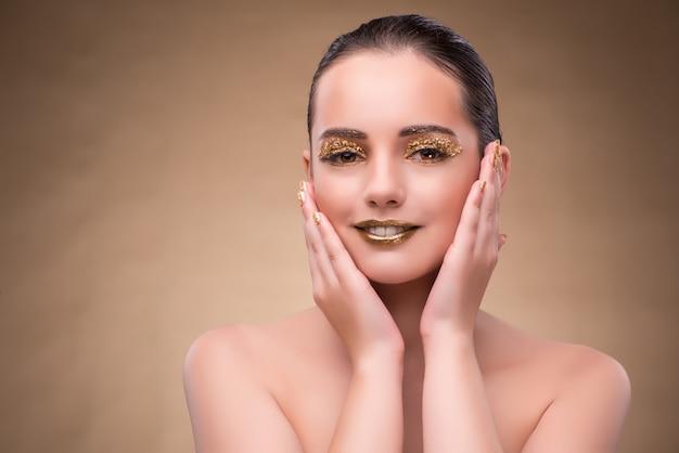 Jeune femme avec un maquillage élégant