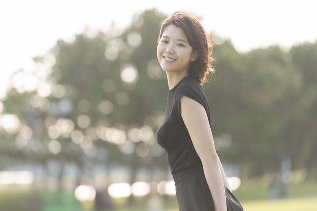 Jeune femme marchant dans le parc