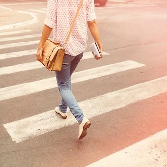 Jeune femme marchant dans la ville
