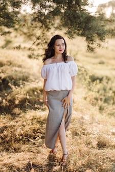 Jeune femme marchant en forêt