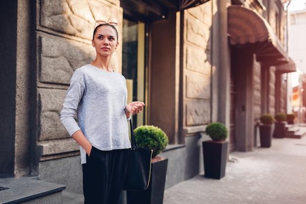 Jeune femme marchant sur la rue de la ville