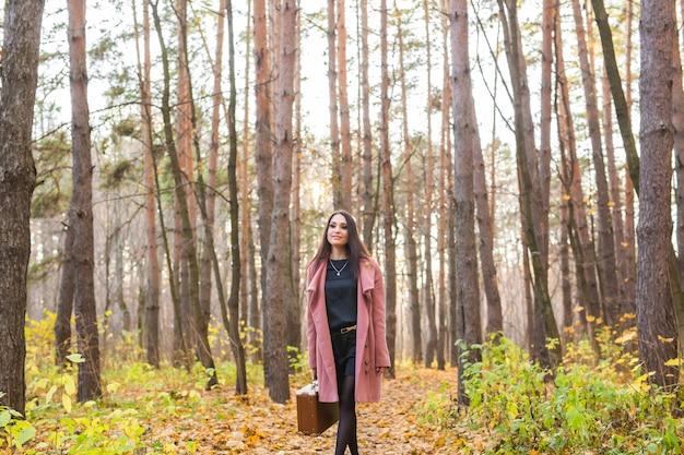 Jeune femme, marche, dans, parc automne