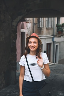 La jeune femme marche dans les rues européennes historiques de la vieille ville