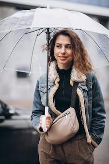 Jeune, femme, marche, pluie, parapluie