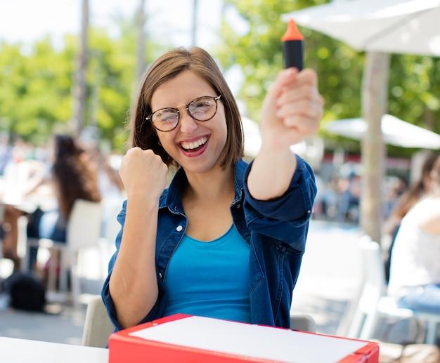 Jeune femme avec un marqueur à l'université