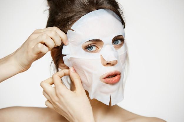 Jeune femme avec masque facial. spa de beauté et cosmétologie.