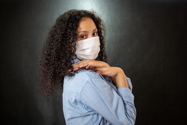 Jeune femme avec masque médical blanc. femme porte un masque chirurgical de protection contre le covid-19.