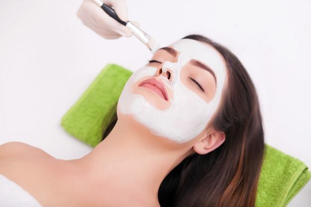 Une jeune femme avec un masque pour le visage.