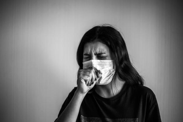 Jeune femme, à, a, masque protecteur