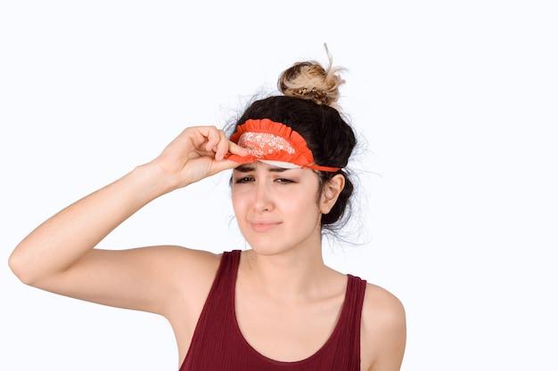 Jeune femme avec masque de sommeil