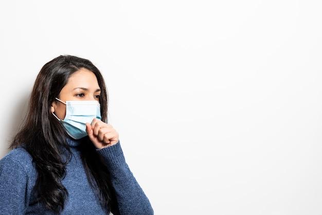 Jeune femme, à, masque, toux