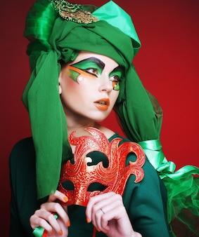 Jeune femme avec masque