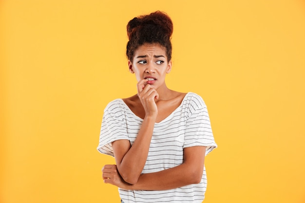 Jeune femme mécontente à côté de dégoût isolé