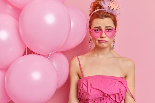 Jeune femme mécontente avec un maquillage professionnel