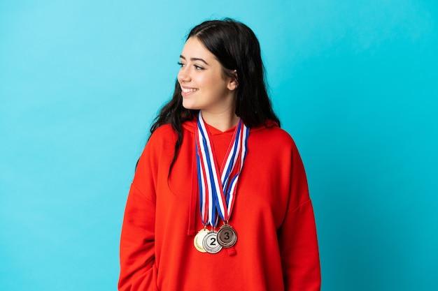Jeune femme, à, médailles, isolé, regarder côté