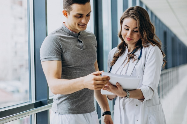 Jeune femme médecin praticien consultant patient masculin