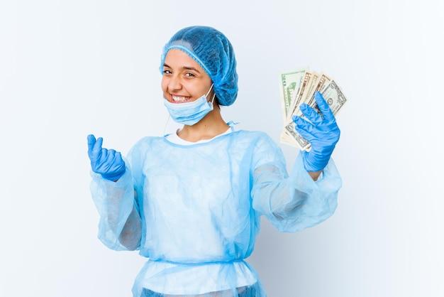 Jeune femme médecin de race mixte tenant des dollars isolé sur blanc