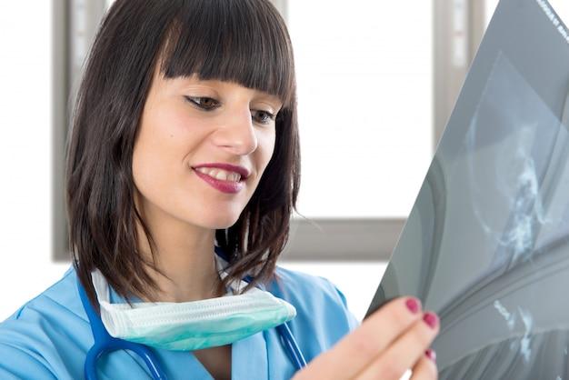 Jeune femme médecin regardant des patients aux rayons x