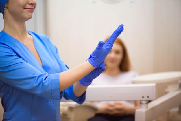 Une jeune femme médecin se prépare à travailler