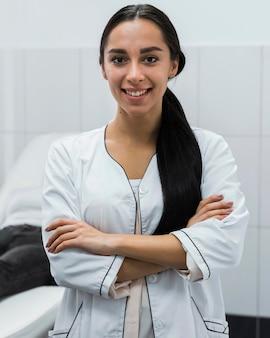 Jeune femme médecin souriant à côté d'un patient flou