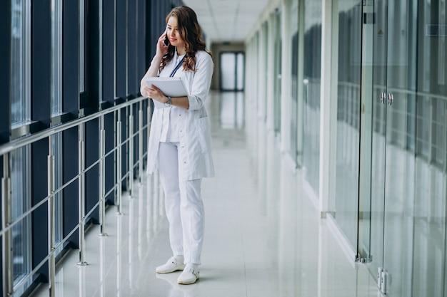 Jeune femme médecin avec stéthoscope à l'hôpital