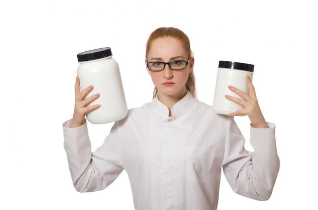 Jeune femme médecin tenant le pot de protéines isolé sur blanc