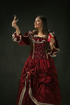 Jeune femme médiévale en costume à l'ancienne