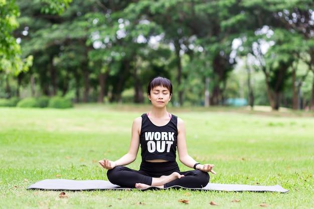 Jeune femme méditant dans la nature