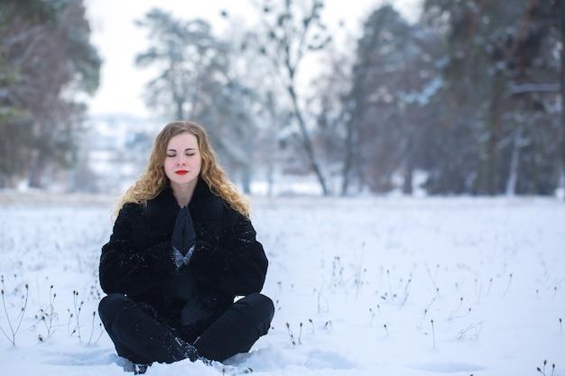 Jeune femme méditant dans le parc