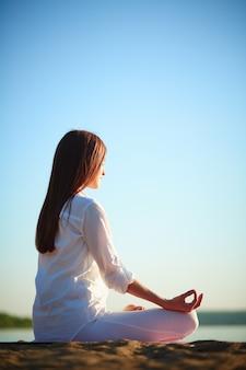 Jeune femme méditation à pratiquer