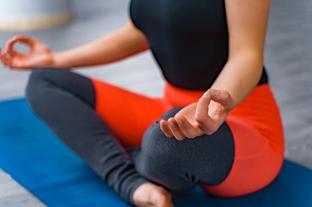 Jeune femme médite tout en pratiquant le yoga