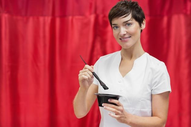 Jeune femme, mélanger la couleur des cheveux sur fond rouge