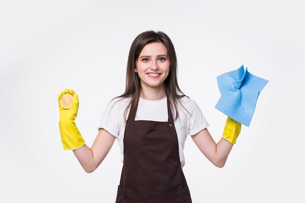 Jeune femme de ménage debout et tenant une éponge contre