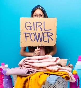 Jeune femme de ménage, laver les vêtements