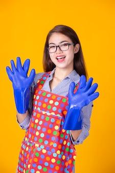 Jeune femme de ménage avec nettoyage