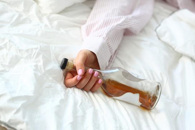 Jeune, femme, mensonge, lit, mort, ivre